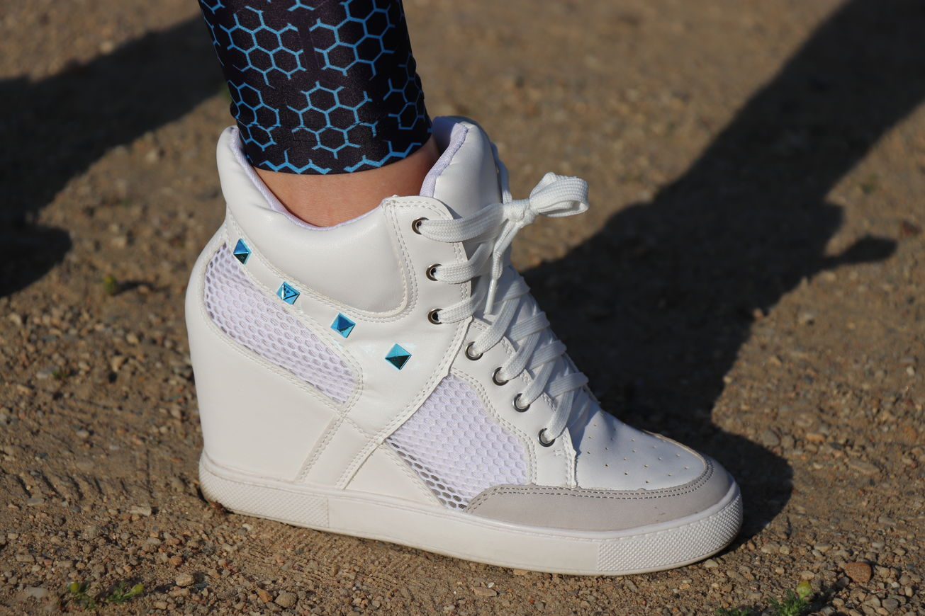 Sneaker with high heels and small stone edging
